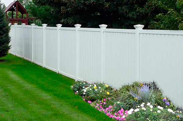 The newest iterations are far more tolerant of environmental conditions than early versions and today\u0027s vinyl fencing options offer a wider array of ... & Backyard Fencing: How to Pick the Right Fence for Keeping Things In ...