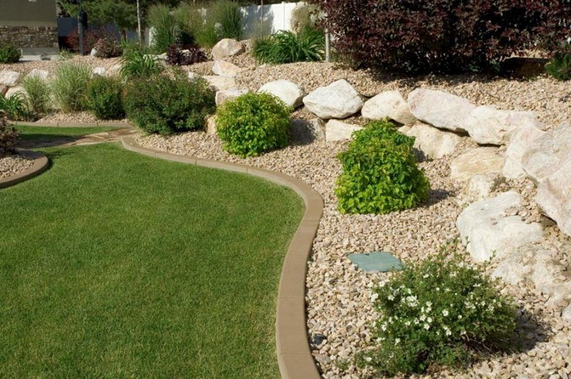 Landscape edging ideas that create curb appeal for Mulch border ideas